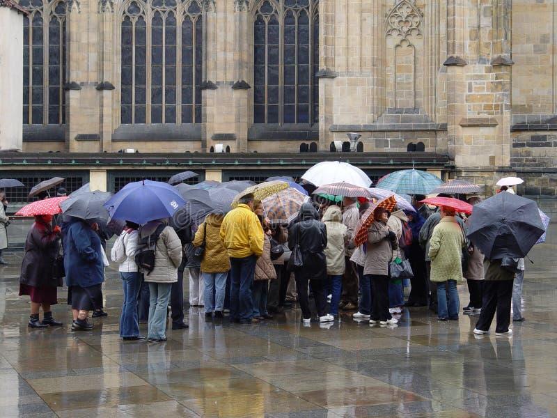 Les gens sous la pluie photo libre de droits