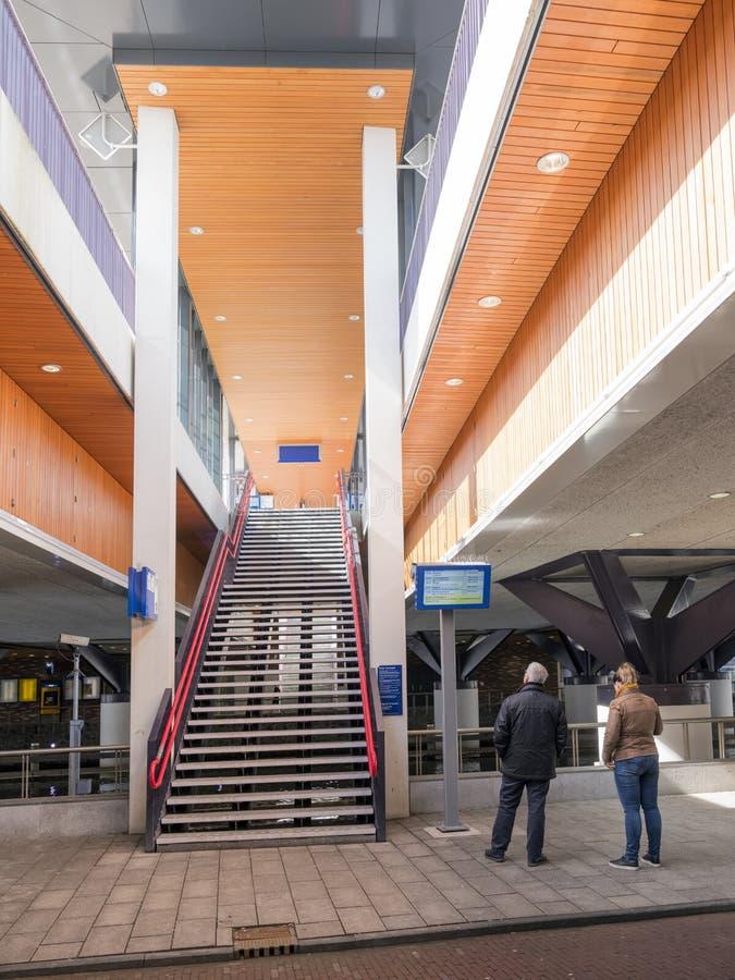 Les gens sous le rijn de vaartsche de gare ferroviaire dans la ville néerlandaise d'Utrecht photos libres de droits