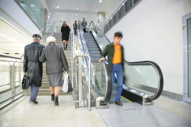 Les gens sur l'échelle et l'escalator photos stock