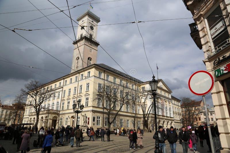 Les gens sur la place du marché près de hôtel de ville de Lviv dans U occidental images libres de droits