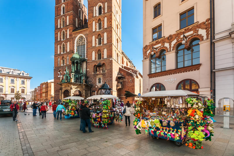 Les gens sur la place principale du marché à Cracovie, Pologne photographie stock libre de droits