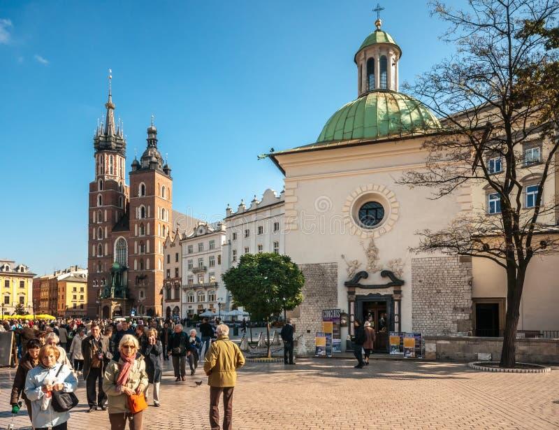 Les gens sur la place principale du marché à Cracovie, Pologne images stock