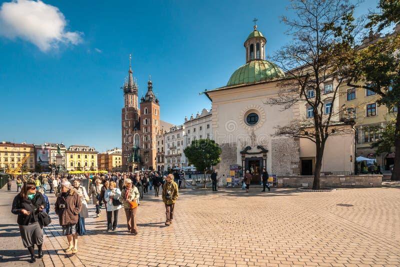 Les gens sur la place principale du marché à Cracovie, Pologne photo libre de droits