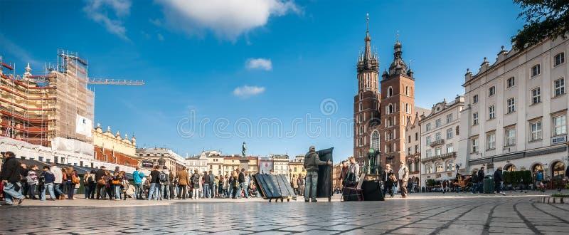 Les gens sur la place principale du marché à Cracovie, Pologne image libre de droits