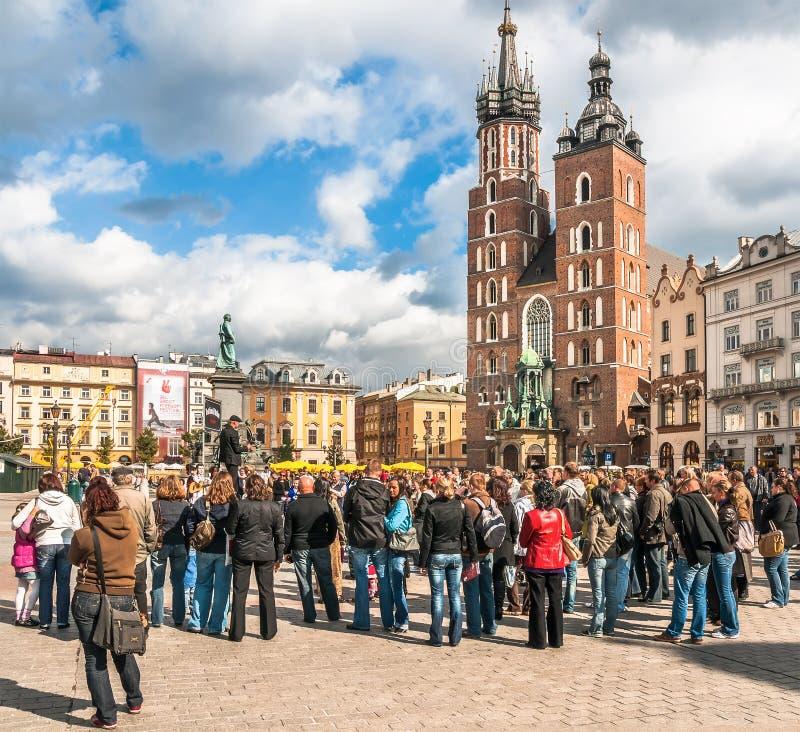 Les gens sur la place principale du marché à Cracovie, Pologne image stock