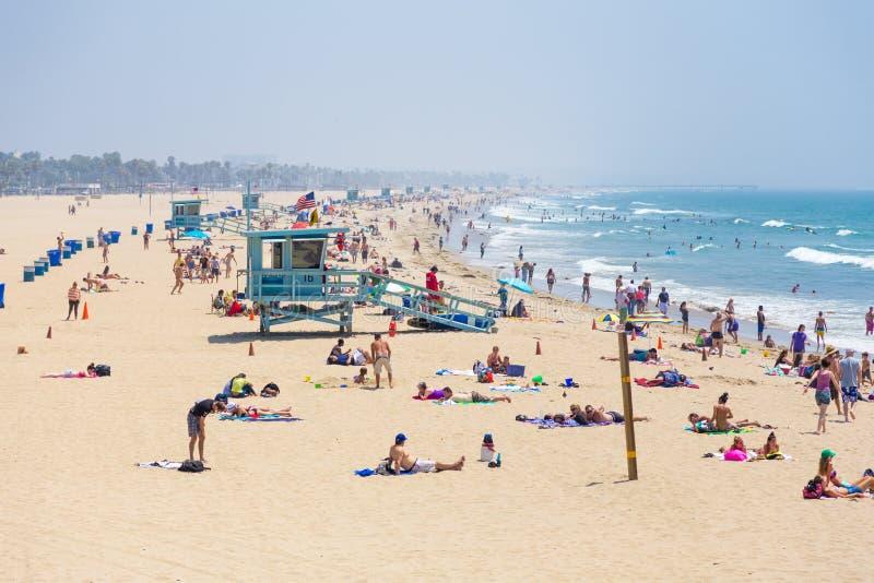 Les gens sur la plage photographie stock libre de droits