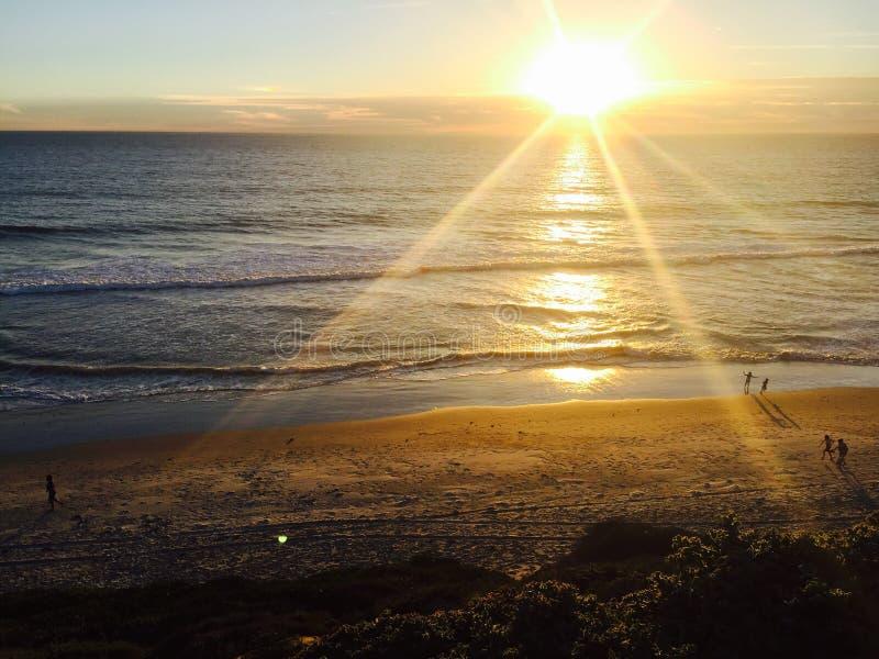 Les gens sur la plage au coucher du soleil en Californie du sud image libre de droits