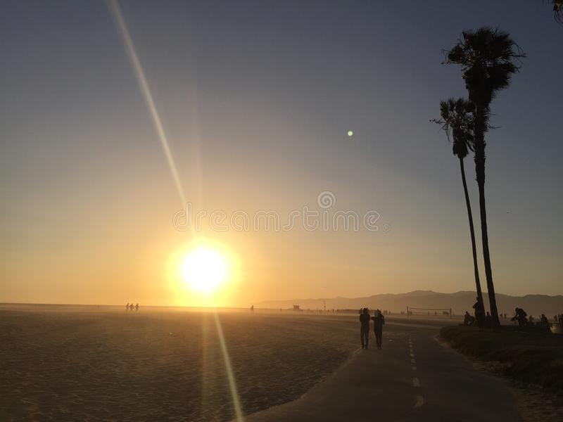 Les gens sur la plage au coucher du soleil en Californie du sud photos stock