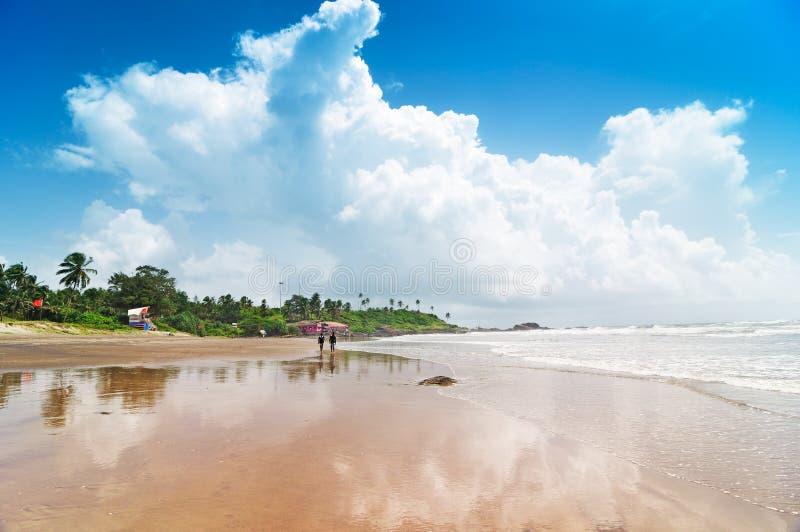 Les gens sur la plage d'océan photos stock