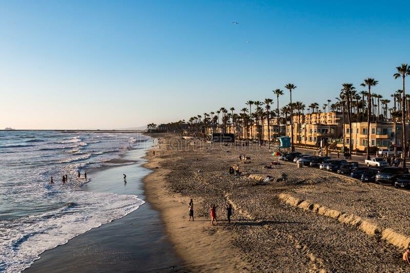 Les gens sur la plage d'Oceanside en San Diego County photographie stock libre de droits