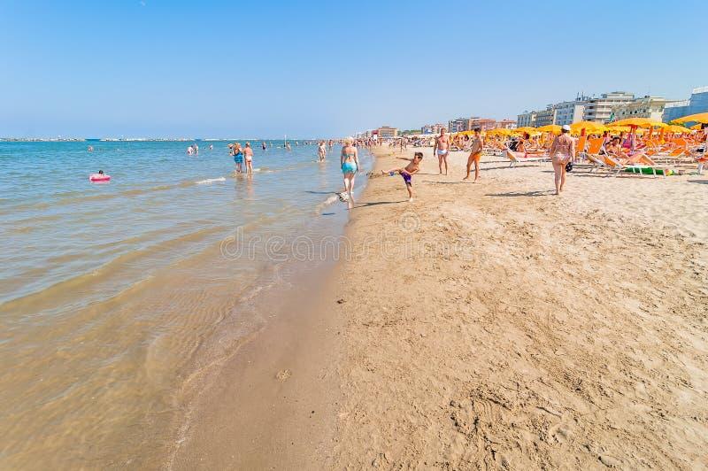Les gens sur la plage dans Cervia, Italie photographie stock libre de droits