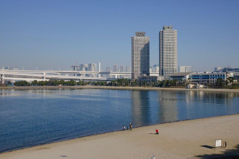 Les gens sur la plage en île d'Odaiba, Tokyo, Japon image libre de droits