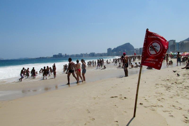 Les gens sur la plage en Rio de Janeiro, vagues dangereuses image libre de droits
