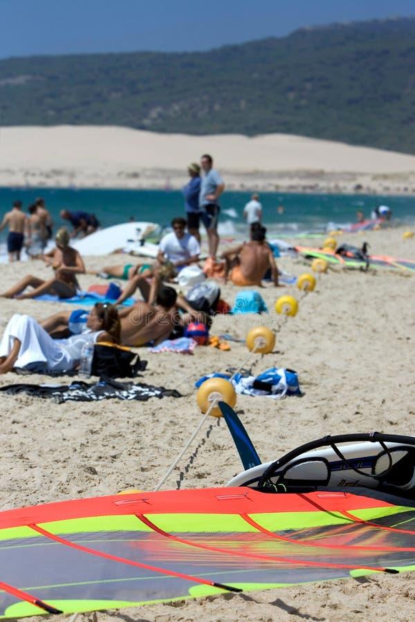 Les gens sur la plage kitesurfing active occupée en Espagne photo libre de droits