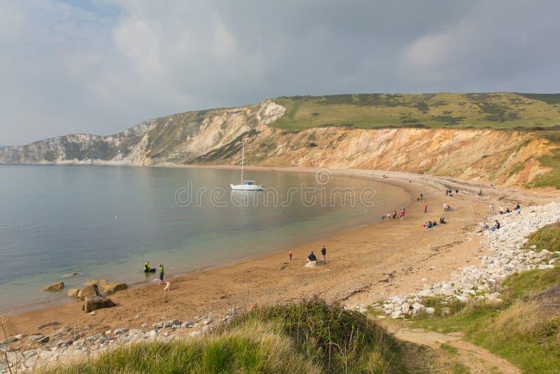 Les gens sur la plage Worbarrow aboient à l'est de la côte Angleterre R-U de Dorset de crique de Lulworth photo stock
