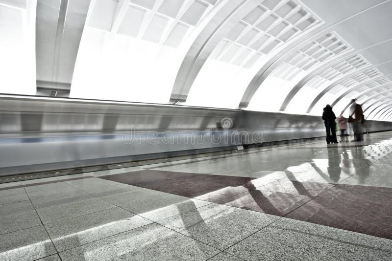 Les gens sur la plate-forme souterraine image libre de droits