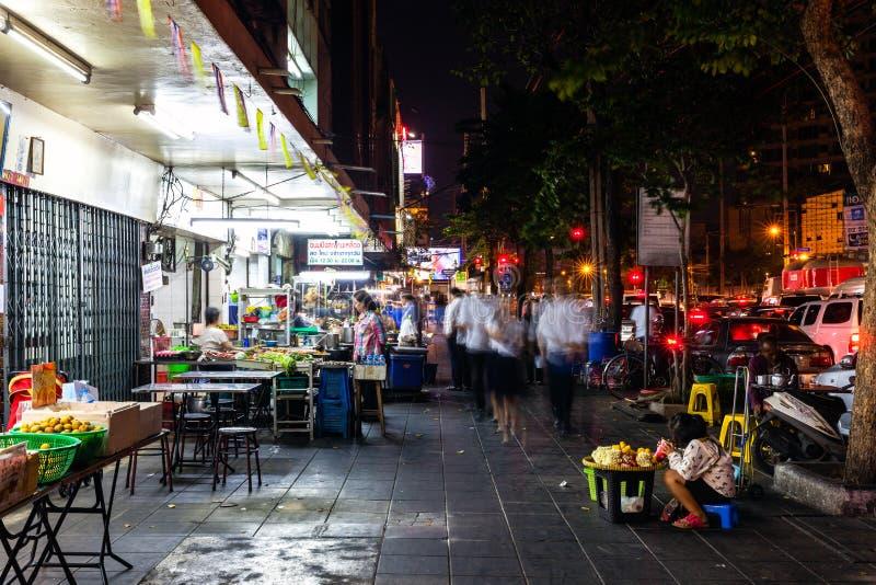 Les gens sur la rue de Bangkok image stock