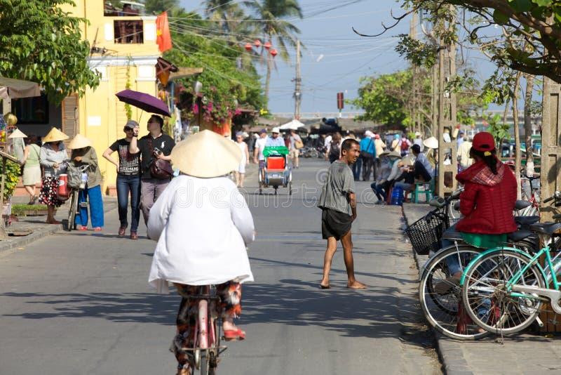 Les gens sur la rue de Hoi An images libres de droits