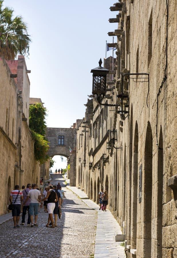 Les gens sur la rue des chevaliers en Rhodes, Grèce image stock