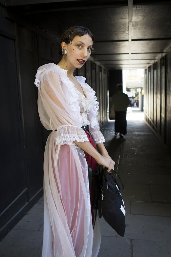 Les gens sur la rue pendant la mode WeekPeople de Londres sur la rue pendant la semaine de mode de Londres image stock