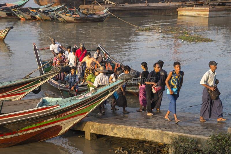 Les gens sur le bateau photo stock