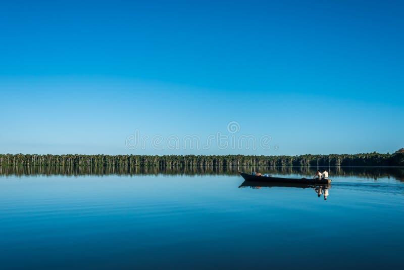 Les gens sur le bateau dans la jungle péruvienne d'Amazone chez Madre de Dios Pe photo stock