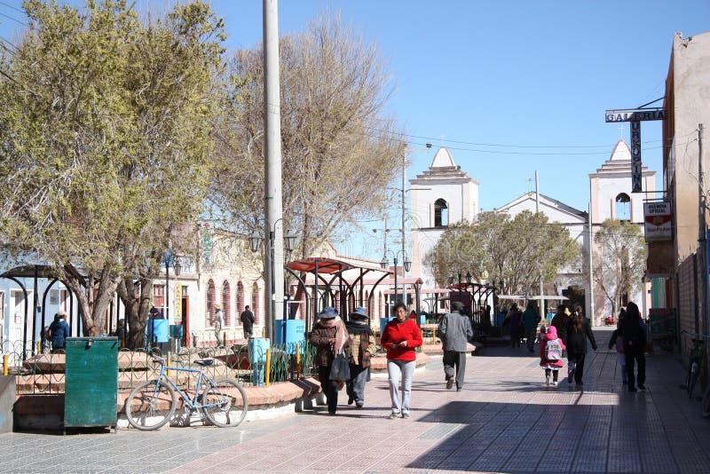 Les gens sur le boulevard à un centre d'Uyuni, Bolivie images stock