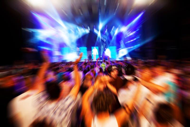 Les gens sur le concert de musique, disco photo libre de droits