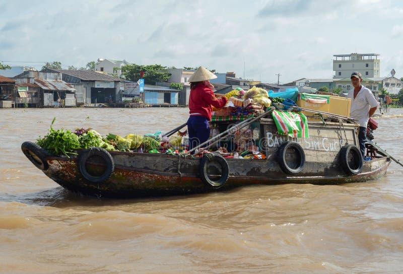 Les gens sur le marché de flottement du delta du Mekong photo libre de droits