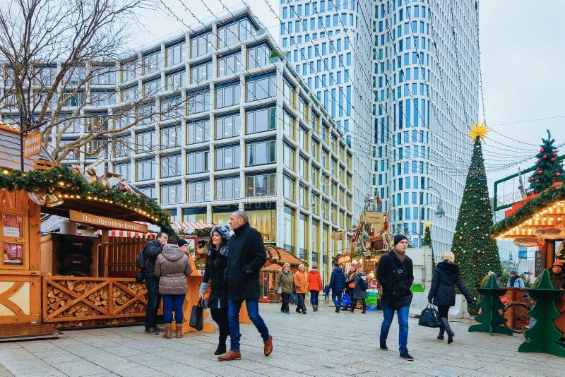 Les gens sur le marché de Noël chez Kaiser Wilhelm Memorial Church Berlin photographie stock libre de droits