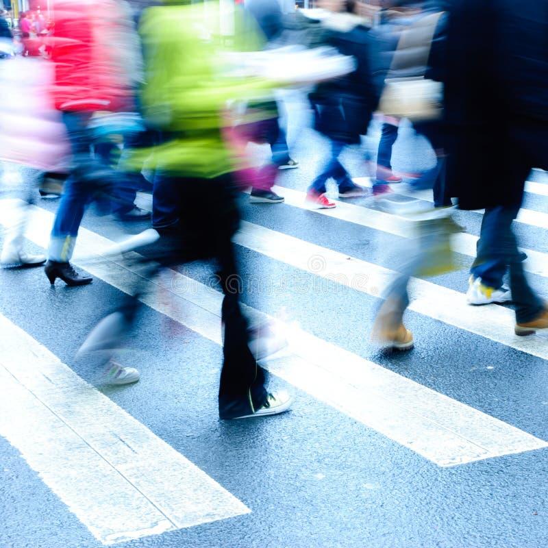 Les gens sur le passage clouté photo libre de droits