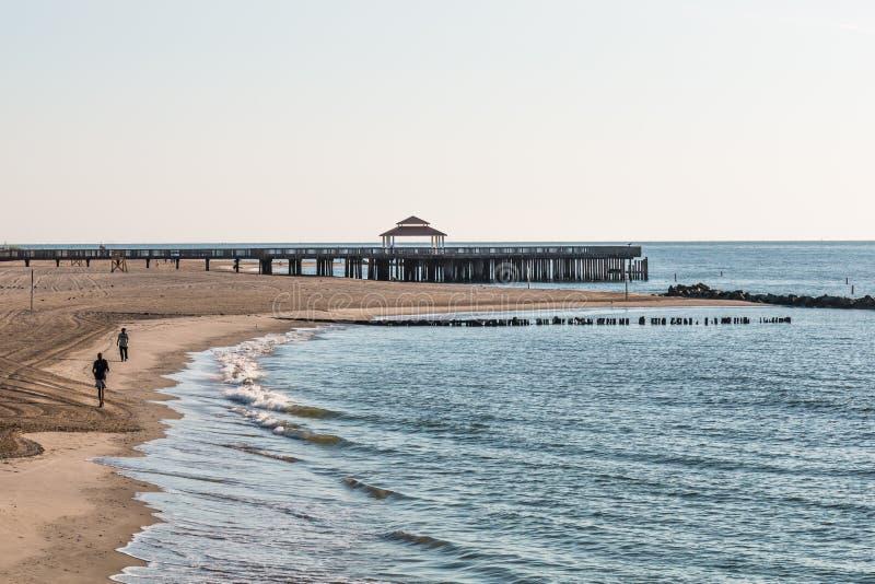 Les gens sur le pilier de pêche de plage de Buckroe à Hampton, VA image libre de droits