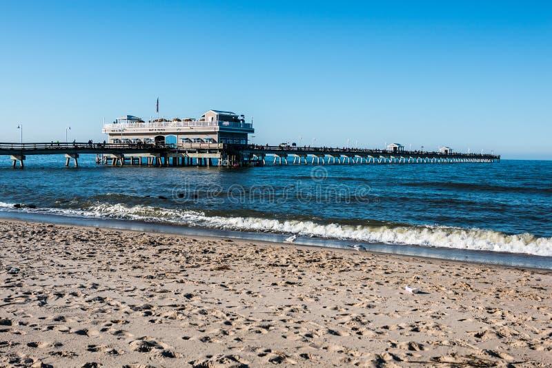 Les gens sur le pilier de pêche de plage de vue d'océan photographie stock