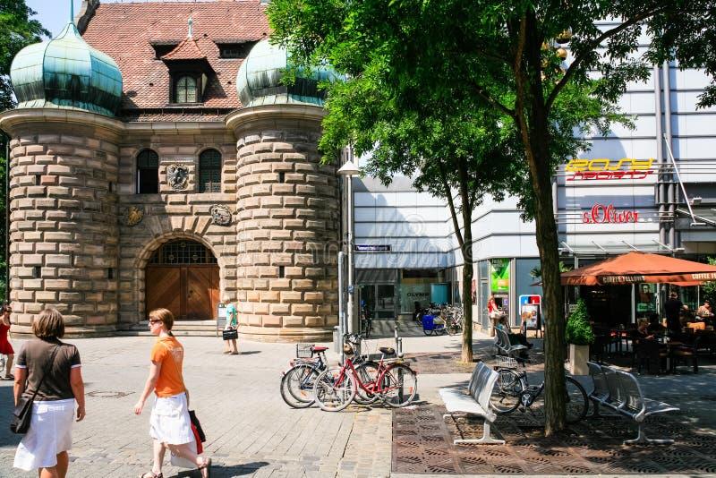 Les gens sur le platz de Hall ajustent dans la ville de Nurnberg photographie stock libre de droits