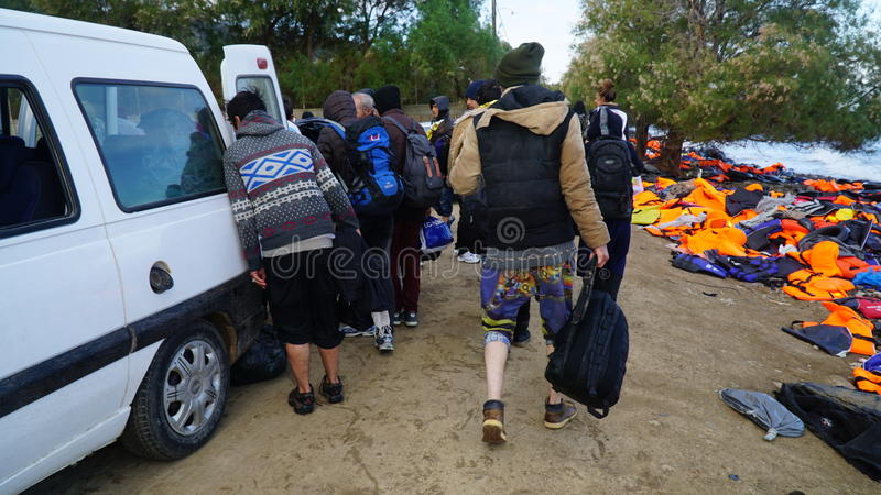 Les gens sur le rivage de l'île de Lesbos photo libre de droits