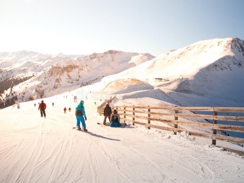 Les gens sur le ski inclinent dans la station de sports d'hiver le jour ensoleillé d'hiver photos libres de droits