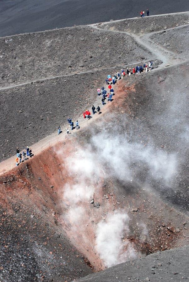 Les gens sur le volcan de l'Etna photos stock