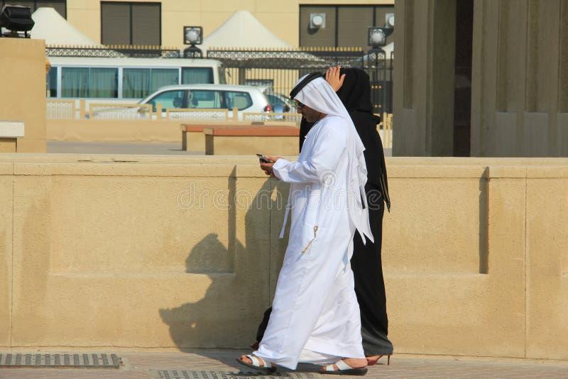 Les gens sur les rues de Dubaï, Emirats Arabes Unis image libre de droits