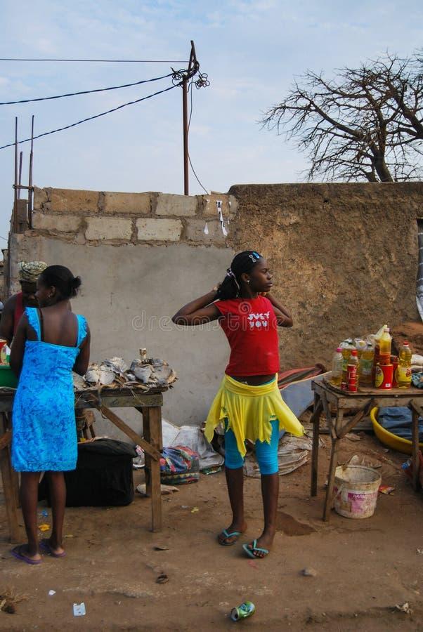 Les gens sur les rues de la capitale Luanda de l'Angola Marché en plein air africain local images stock