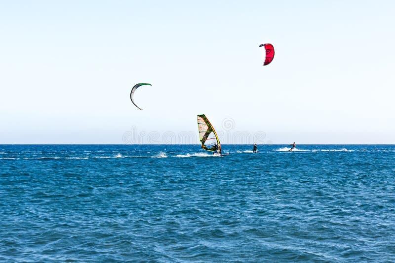 Les gens sur surfer de conseil de navigation image libre de droits