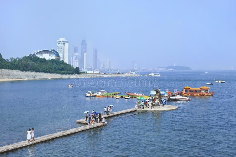 Les gens sur un pilier aux bateaux d'excursion, Yantai, Chine images libres de droits