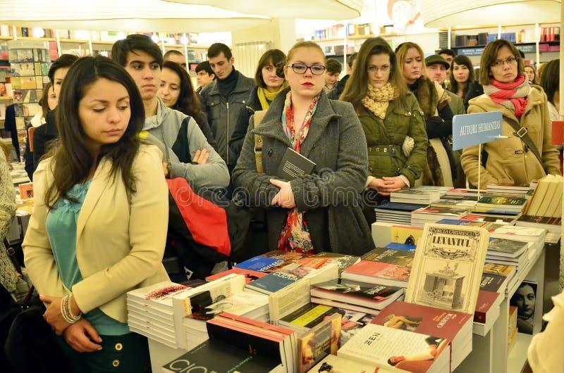 Les gens sur une librairie images stock