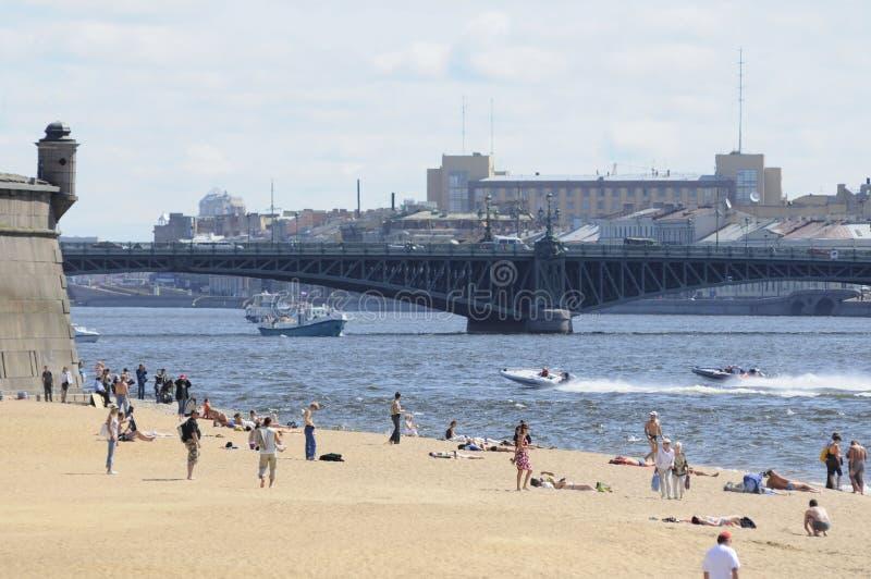 Les gens sur une plage observent de r image libre de droits