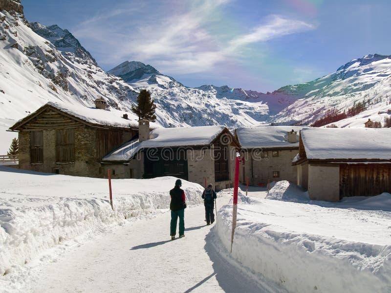 Les gens sur une route de neige photo libre de droits