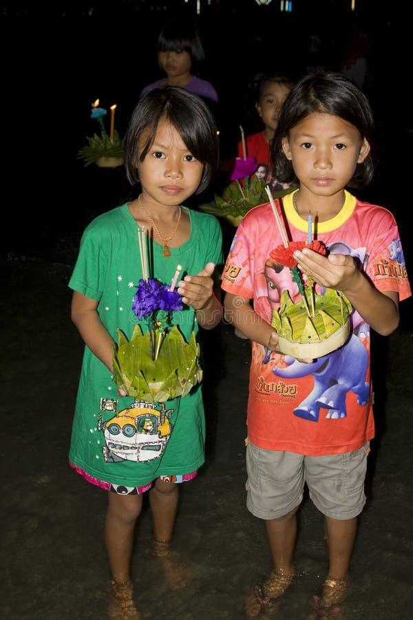 Les gens thaïs flottent sur l'eau de petits radeaux (Krathong photographie stock libre de droits