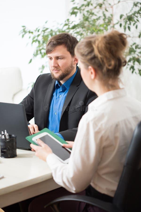 Les gens travaillant à l'ordinateur portable et au comprimé photo libre de droits