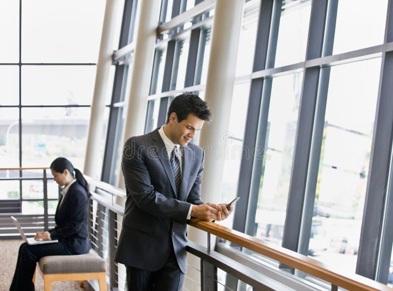Les gens travaillant à la messagerie textuelle d'ordinateur portatif et photos libres de droits