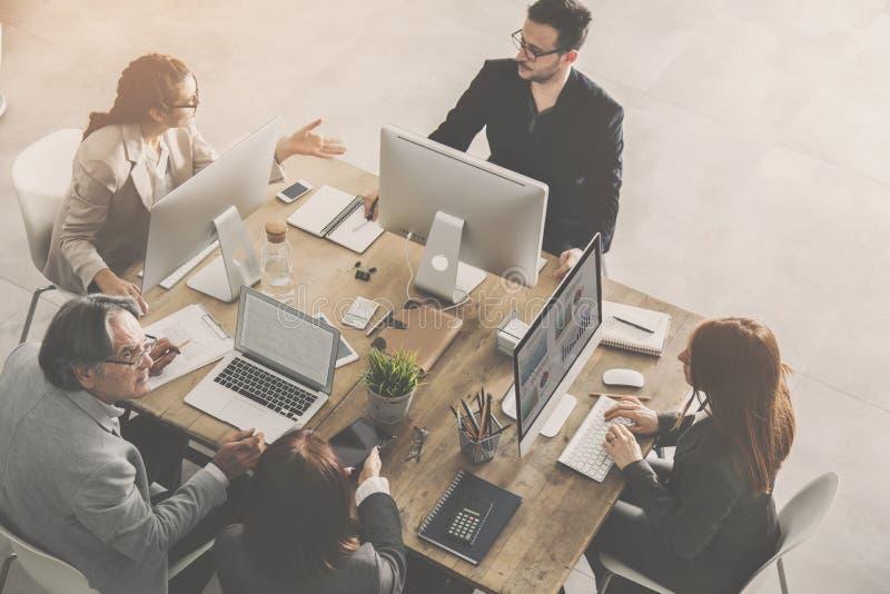 Les gens travaillant autour d'une table image libre de droits
