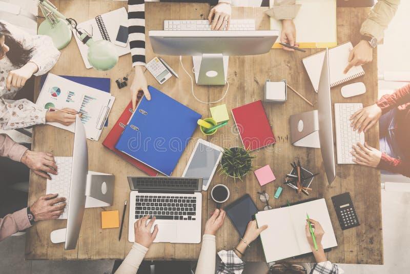 Les gens travaillant autour d'une table photos stock
