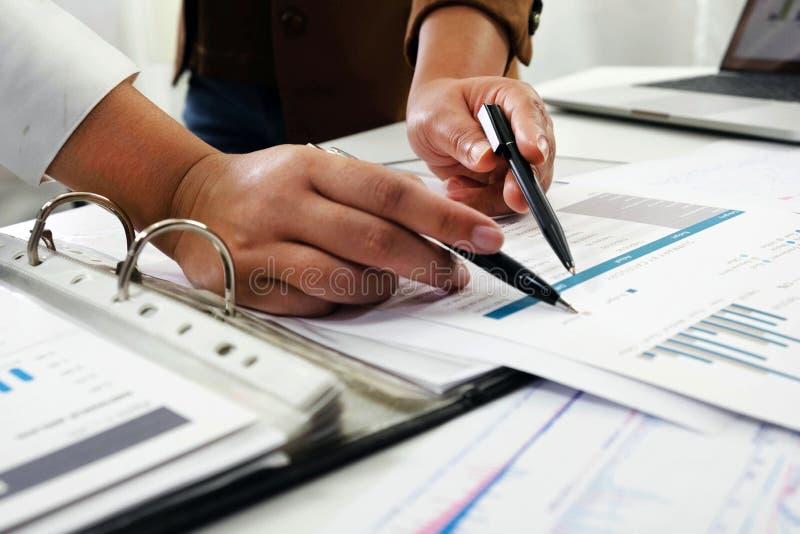 Les gens travaillant dans les finances, comptabilit?, conseil en affaires, conseil de enseignement, comptes courants photo stock